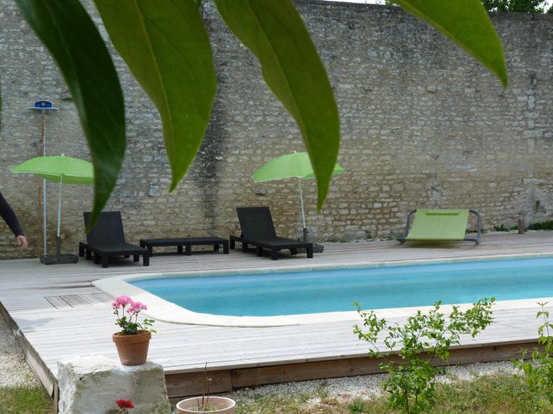 Área da piscina é parede fechado e ao abrigo dos olhares.