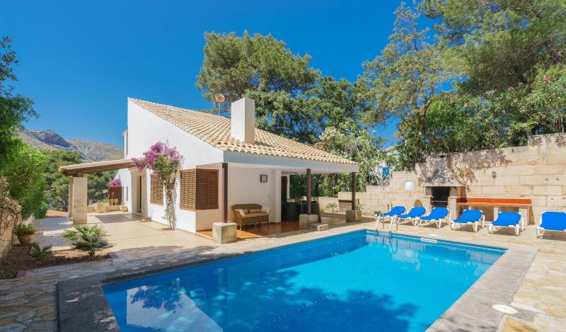 Villa with private pool walking distance to the beach, location de vacances à Cala Sant Vicenc