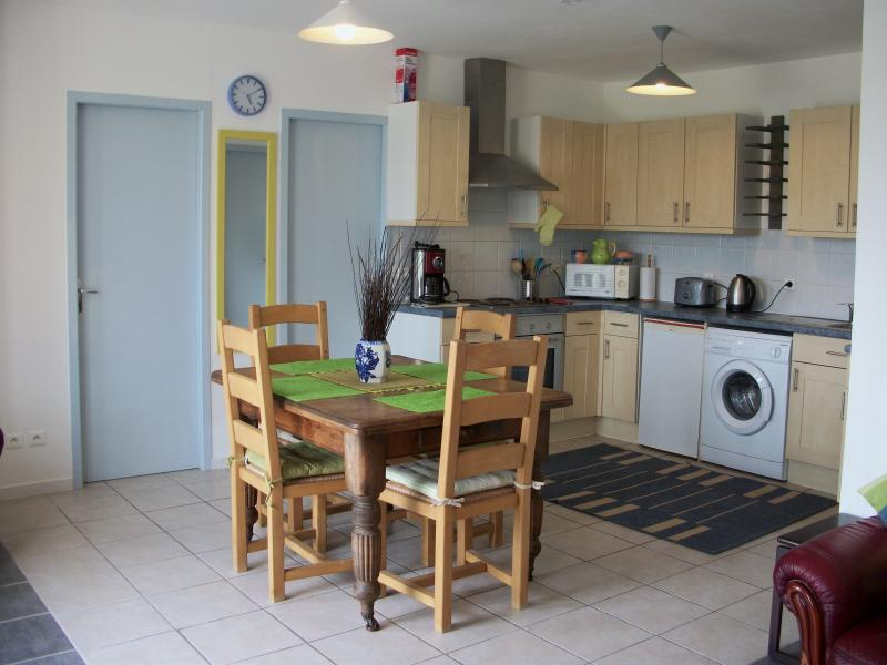 Excellent Fully Fitted Kitchen, electric hob and oven, washing machine. Coffee machine, microwave