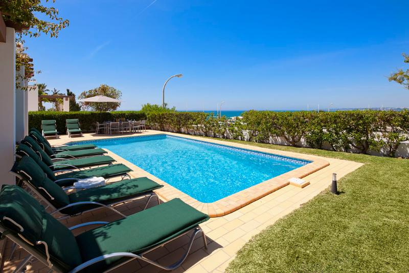 Villa Kelly - 4 bedrooms, stunning sea views, walk to restaurants and supermarke, vacation rental in Albufeira