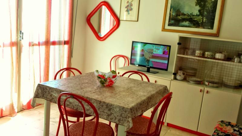 Salle de séjour avec accès au balcon donnant sur le Lido di Pomposa