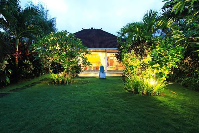 Le jardin est grand et beau