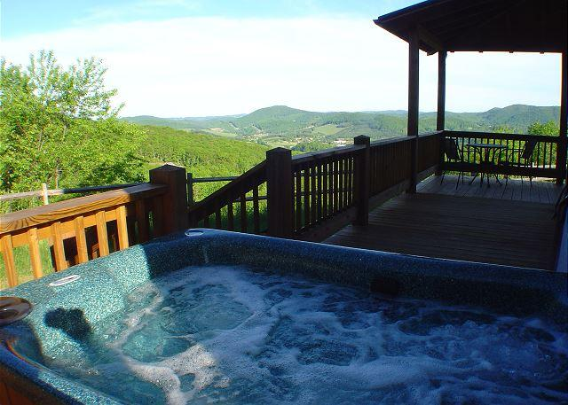NOW BOOKING! A HEAVENLY VIEW-Mtn Views W/Hot Tub,  Gas F/P, Pets & WiFi!, Ferienwohnung in Warrensville