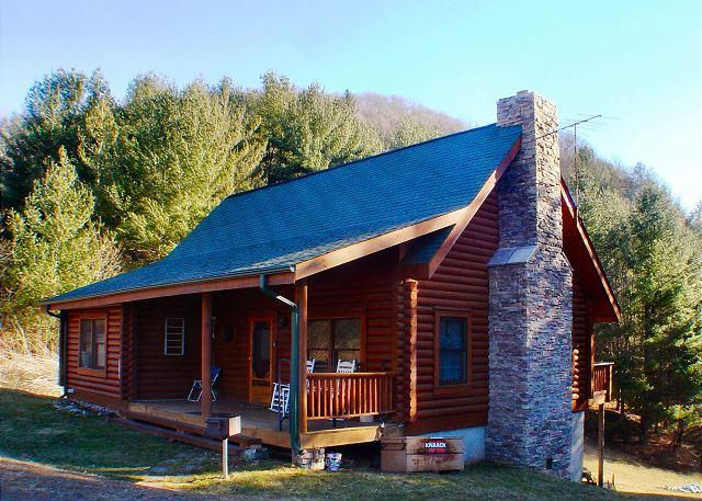 RIVERVIEW RIDGE - Log Cabin Near New River with WiFi, Fire Pit, & Pool Table!, Ferienwohnung in Warrensville