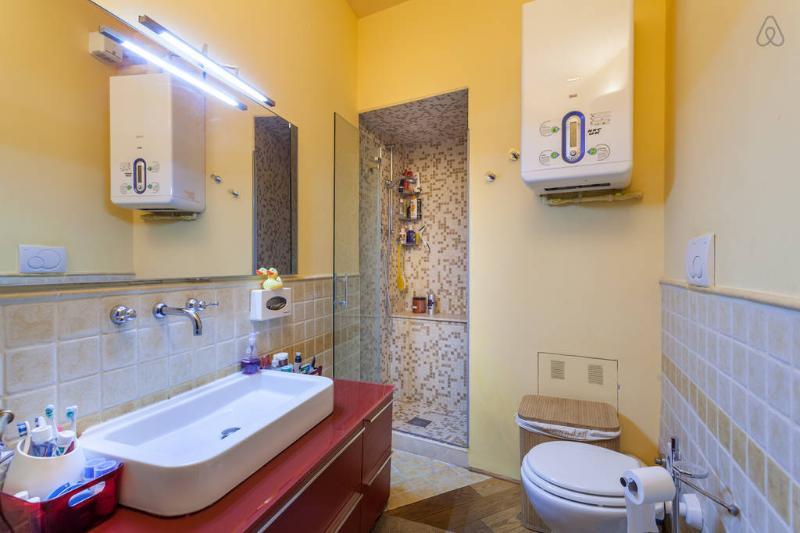 bagno moderno e funzionale, doccia ricavata nella nicchia medioevale