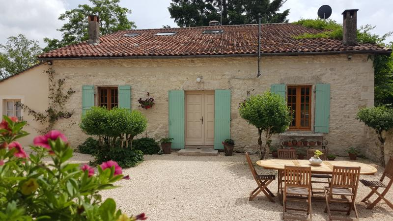 18th century Farmhouse in Villereal, private pool, location de vacances à Lougratte