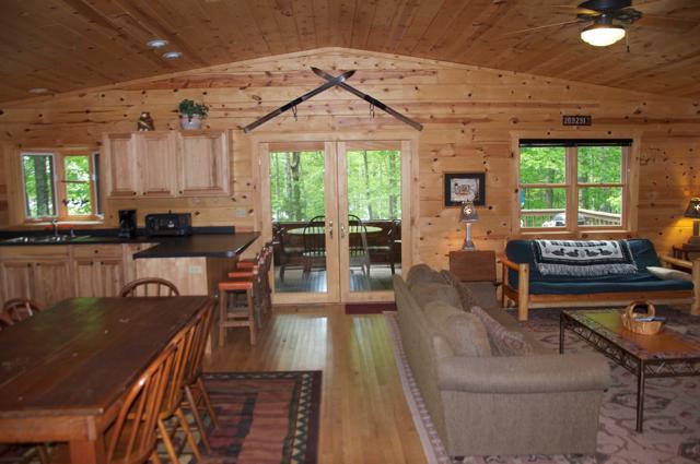 Gewelfde plafonds, knoestige pine interieur