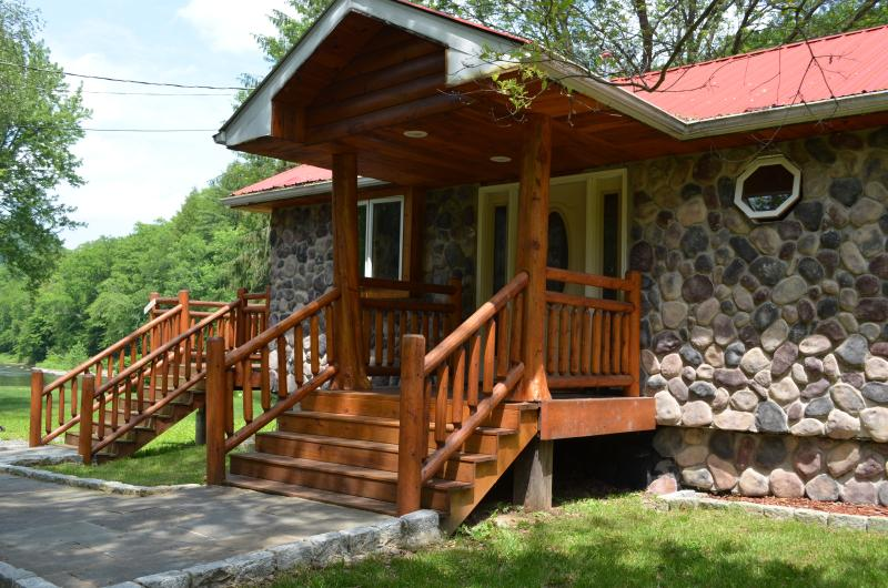 Newly redecorated prestige waterfront custom log home, location de vacances à Jackson
