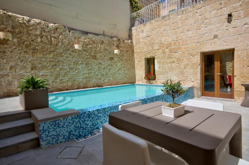 Ta Rozamari house with pool and hot water jacuzzi, holiday rental in Siggiewi