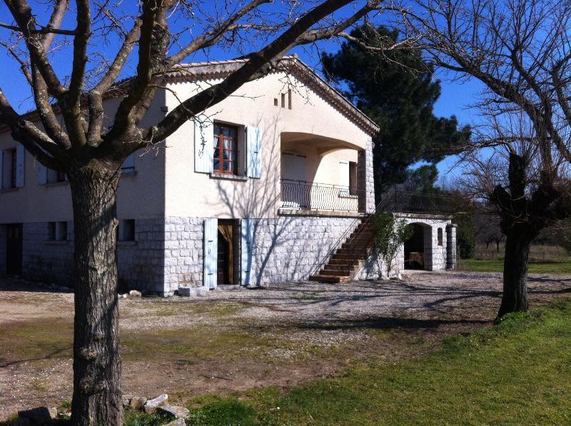 Maison avec grand jardin, en bord de rivière, aluguéis de temporada em Berrias et Castejau