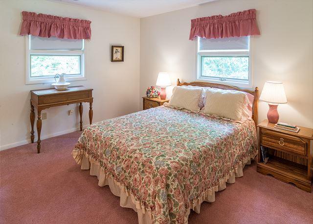 Bedroom w/queen