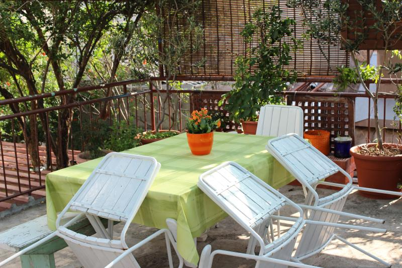 Comfortable apartment for 7 guests near the sea, location de vacances à Kastela