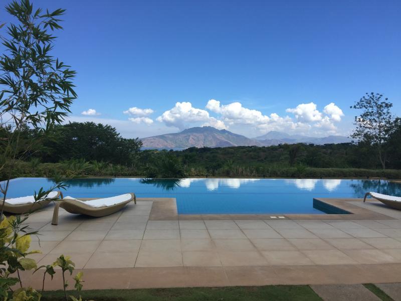 Piscine de condo avec vue sur la baie de Subic pour les Monts Zambales