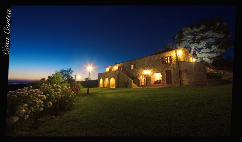 Fantastic 5 bedroom Tuscan farmhouse with panoramic views and swimming pool, location de vacances à Cortona