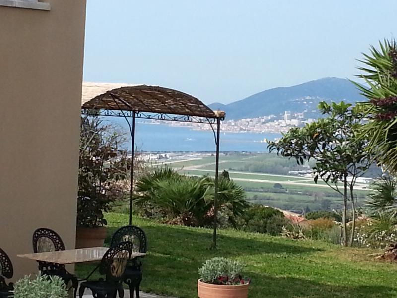 Rez de villa 15 minutes Porticcio et Ajaccio, holiday rental in Ocana