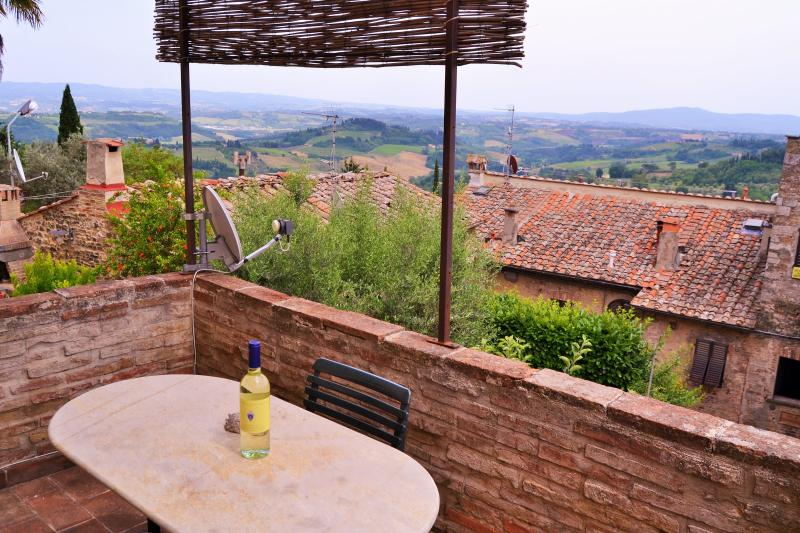 Bright and Spacious Apartment in the heart of town, holiday rental in San Gimignano