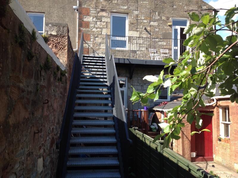 Escadas de trás levando a jardim
