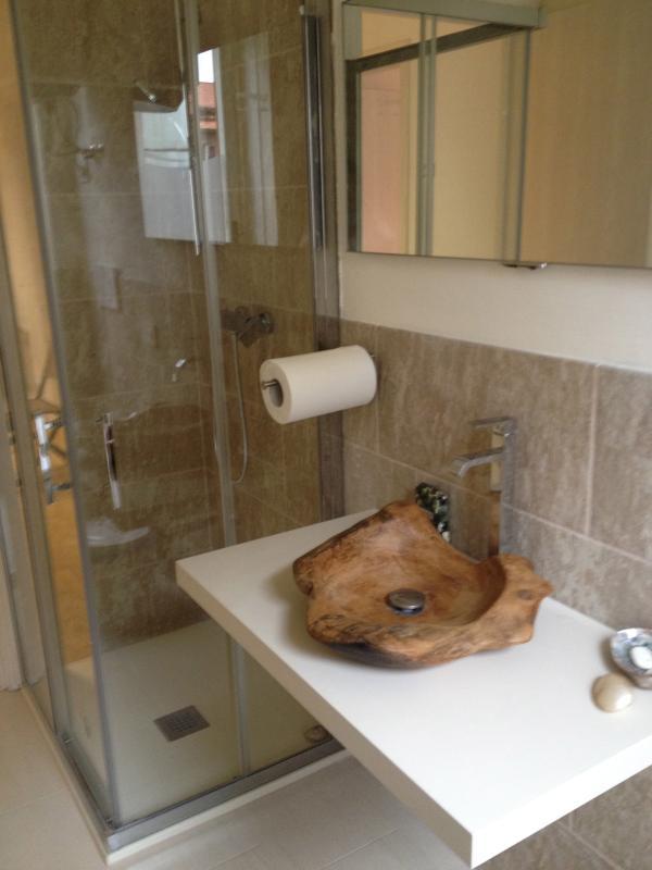 Salle de bain avec lavabo en bois