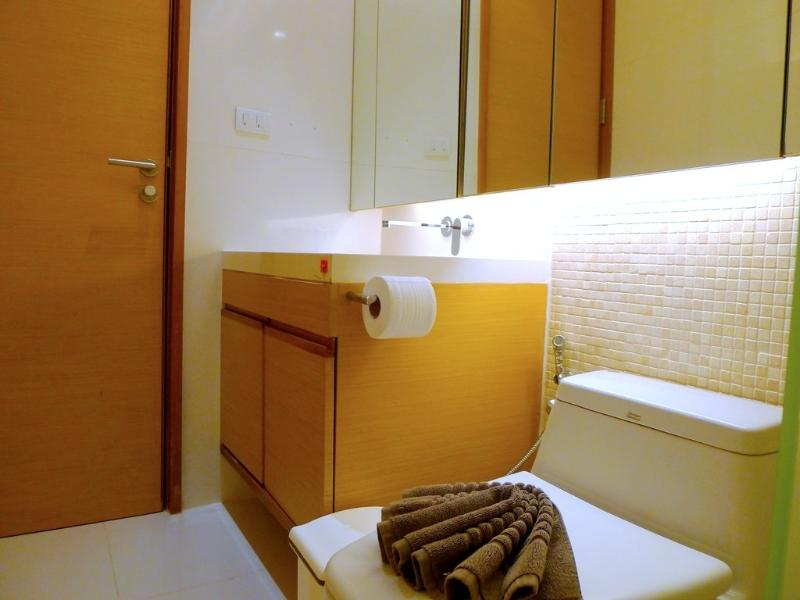 Guest bathroom with a shower, sink and a toilet