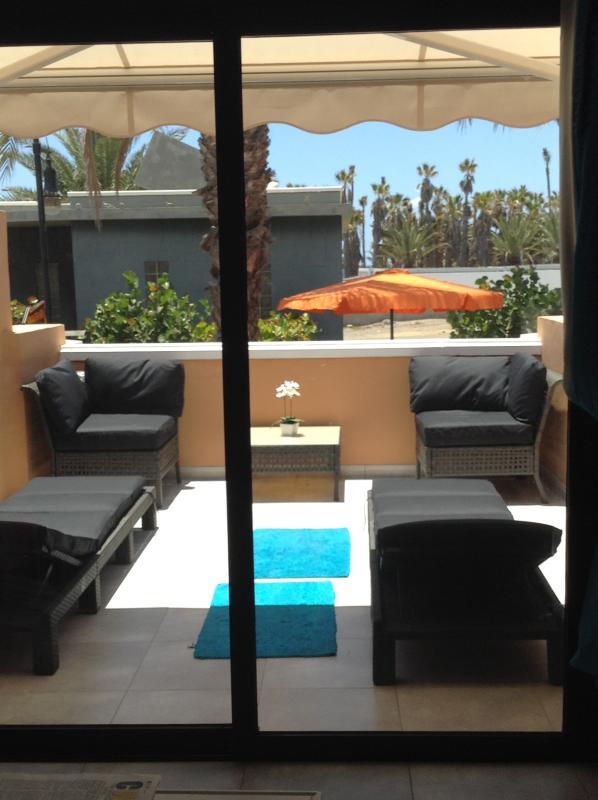 Zonnig balkon met comfortabele zitplaatsen / ligstoelen en Sun Canopy