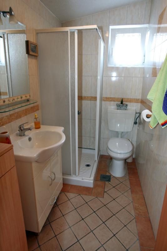 Salle de bain privée avec douche de plain-pied