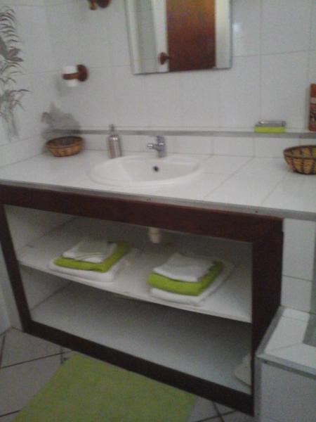 la salle de bain spacieuse avec du rangment