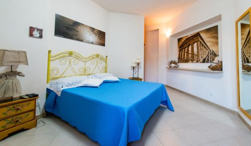 B&B IN VILLA CON PISCINA IMMERSA NEL VERDE, location de vacances à Zarbo di Mare