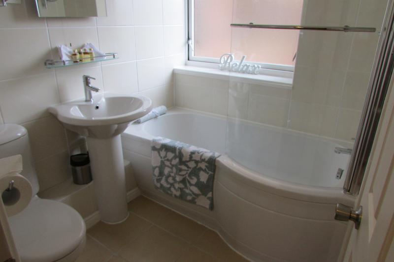 salle de bains lumineuse et aérée