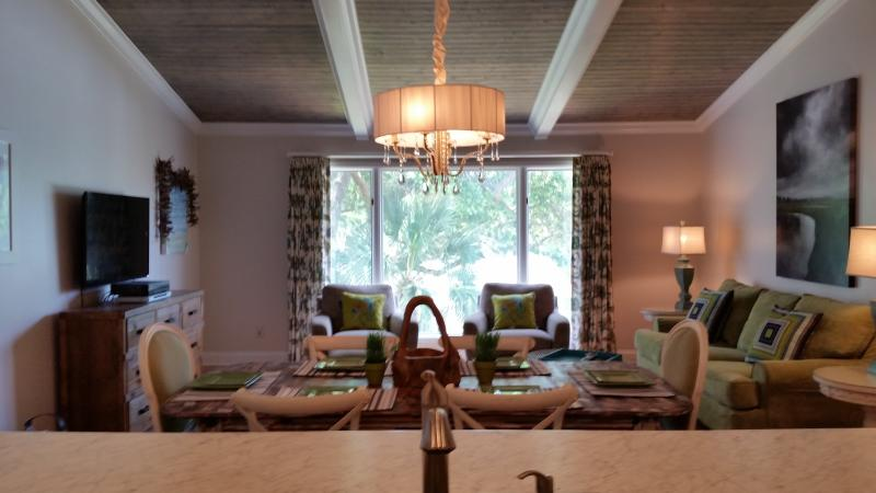 Beautifull great room with vaulted ceilings