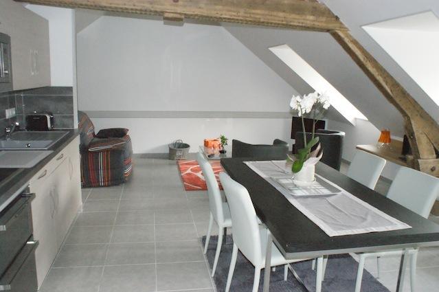 Au LODGE Oranger, au 2e étage, 2 à 5 personnes, son séjour  chaleureux à partager en famille, Amis