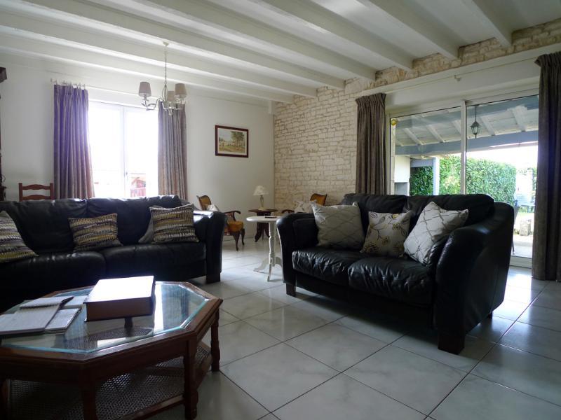 Großes Wohnzimmer mit Ledersofas, Internetzugang und UK TV-Kanäle