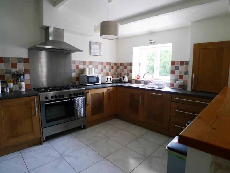 Voll ausgestattet Küche mit großen Ofen und Gas-Kochfeld