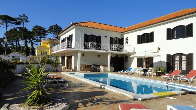 Holiday Villa with heated pool near beach, Lisbon, holiday rental in Colares