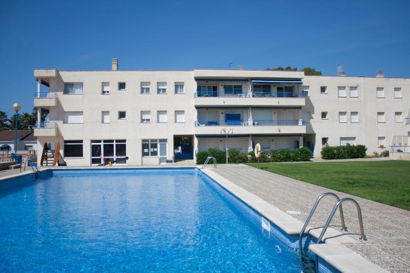 Vista general del apartamento con piscina