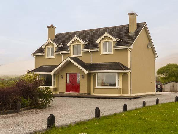 BOOLTEENS, detached, Jacuzzi bath, solid fuel stove, open fire, en-suites, in, holiday rental in Tralee