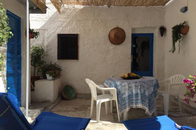Giardino con tavolo, sedie e sdraio