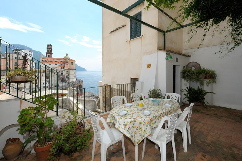 La Romantica - terrace and sea view, casa vacanza a Atrani