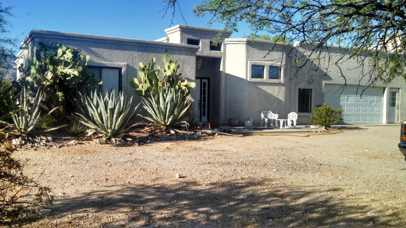 Tucson Winter Visitors.Beautiful guest home on  5 acres of Saguaros & Mesquite, holiday rental in Tucson