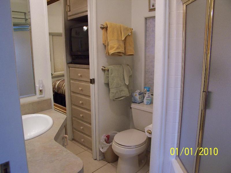 Cuarto de baño con ducha sentada