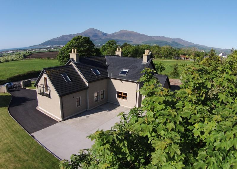 Mourne House - outstanding views of the Mournes!, vakantiewoning in Newcastle