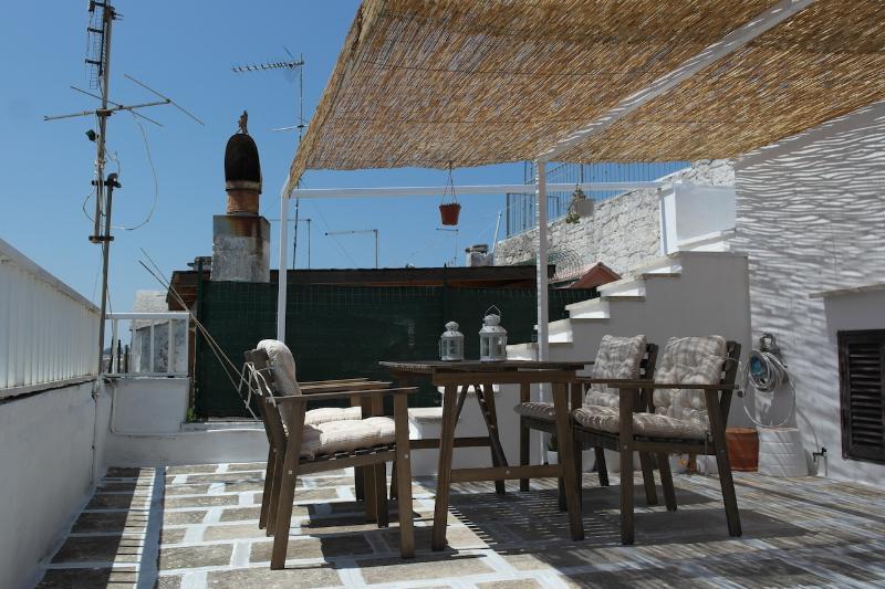 Hermosa terraza donde usted puede disfrutar del sol y las comidas al aire libre