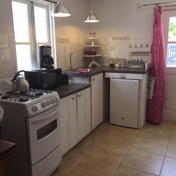 Cozinha com fogão/forno, micro-ondas, cafeteira, geladeira. Tachos e panelas, etc...