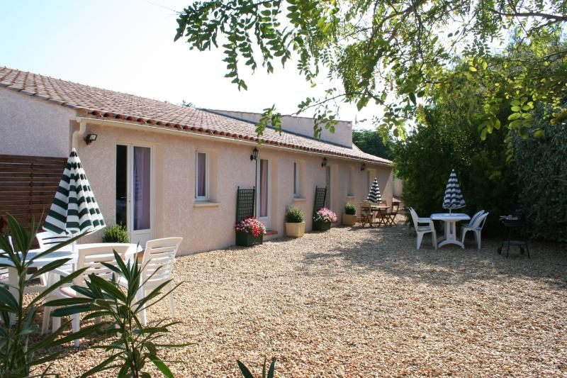 Le Cerisier Rose Cottage, vacation rental in Puissalicon
