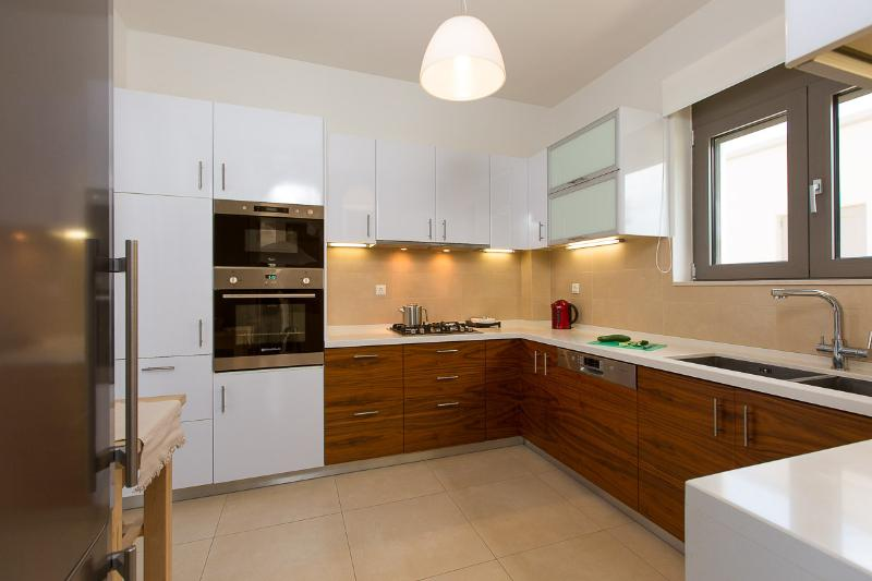 Fully equipped kitchen with all kind of facilities plus filter water mashine