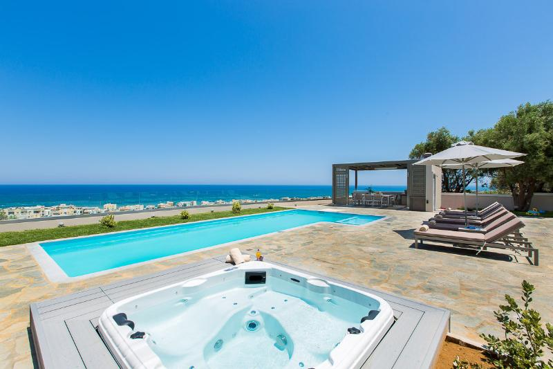 Villa Naya - Premium Villa with Panoramic Sea Views, walking distance to beach!, location de vacances à Crète