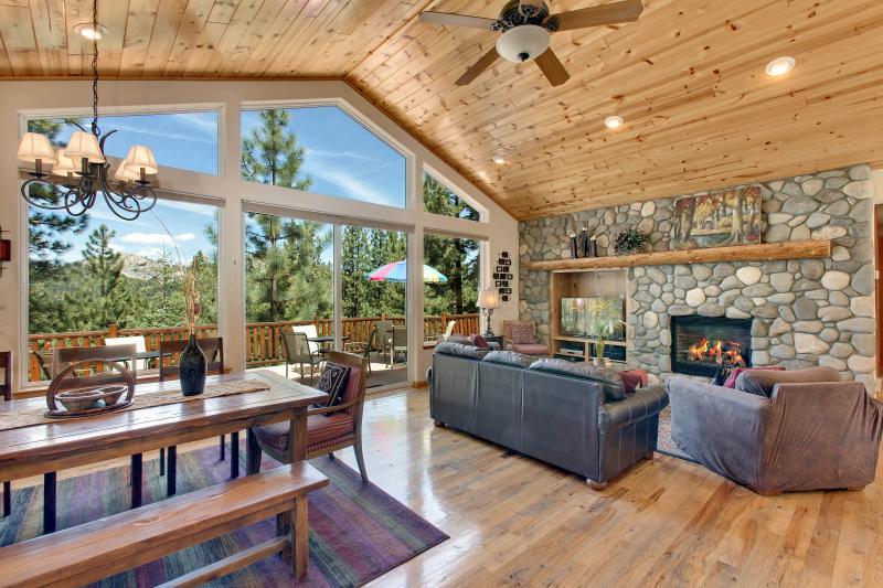 Piso a la ventana de techo a la vista, techo de madera de pino y piso de madera de nogal.