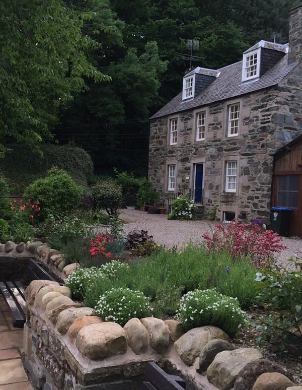 Tuinen aan de voorzijde van het huisje