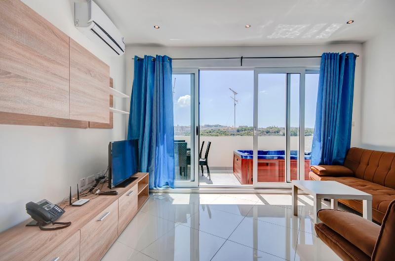 Sunny 2-bedroom with terrace and Seaviews, vacation rental in Mosta