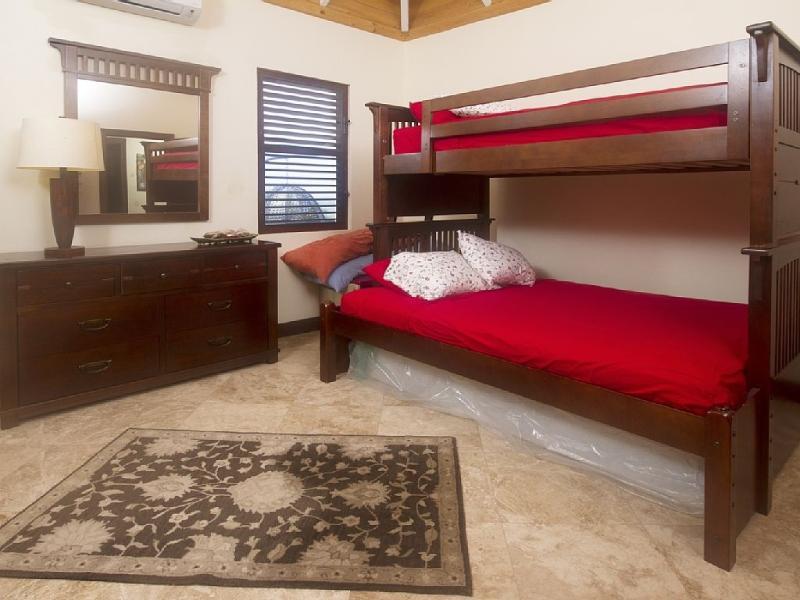 Habitación de los niños duerme 3 en el dobles y literas completo