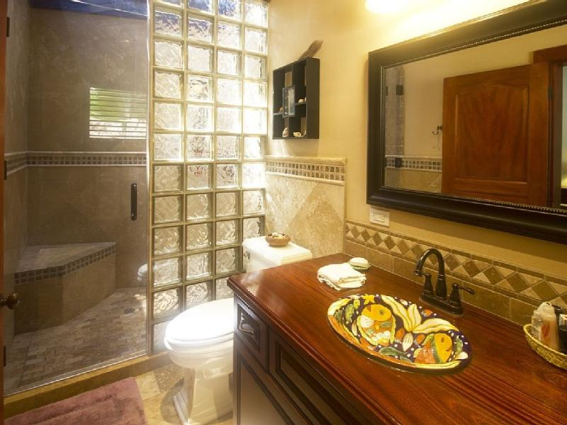 Contadores de medida caoba, segundo principal baño en suite.